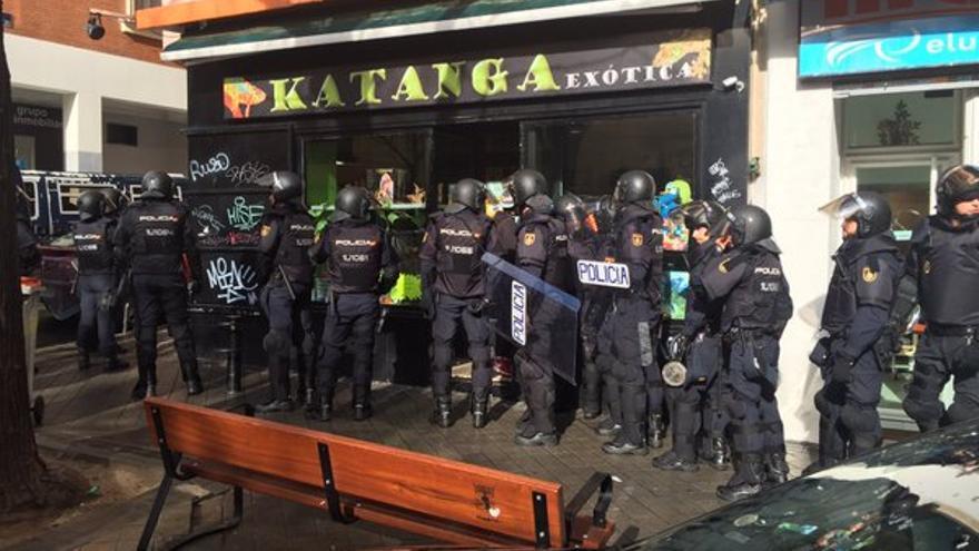 Los agentes de la UIP entran en el centro La Morada.