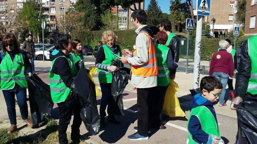 """Manuela Carmena apoyando la campaña """"Mantengamos limpia nuestra ciudad"""""""
