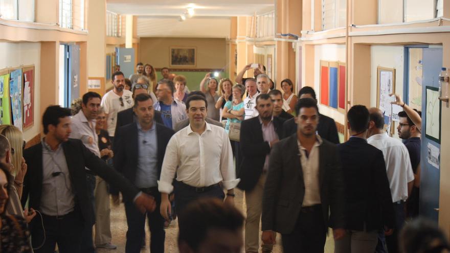Alexis Tsipras entra a su colegio electoral el día del referéndum griego. / Andrés Gil