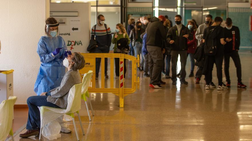 Mejoran los índices epidémicos en Cataluña, pero los hospitales siguen llenos