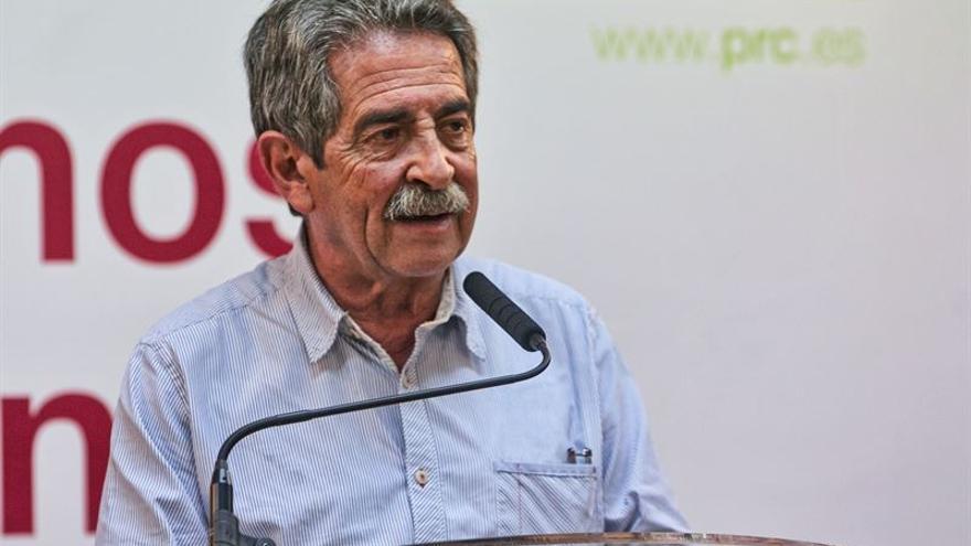 Miguel Ángel Revilla durante un acto con el PRC