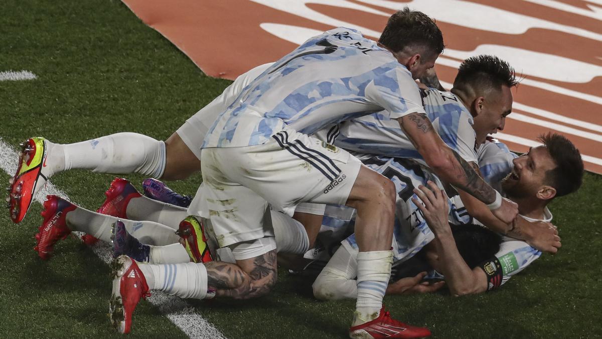 Los jugadores argentinos celebran el gol de Messi