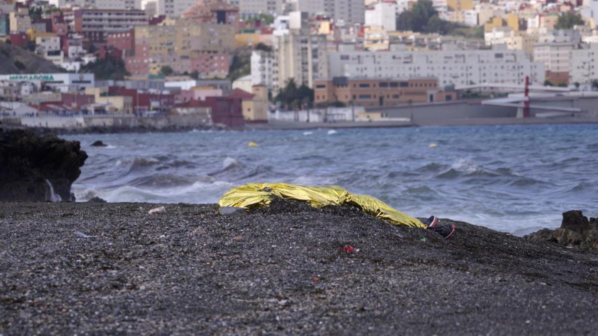 La Guardia Civil recupera un cuerpo sin vida muy cerca de la playa del Tarajal
