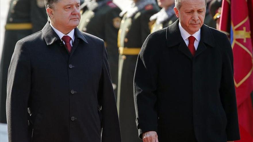 Erdogan apoya la integridad territorial ucraniana al reunirse con Poroshenko