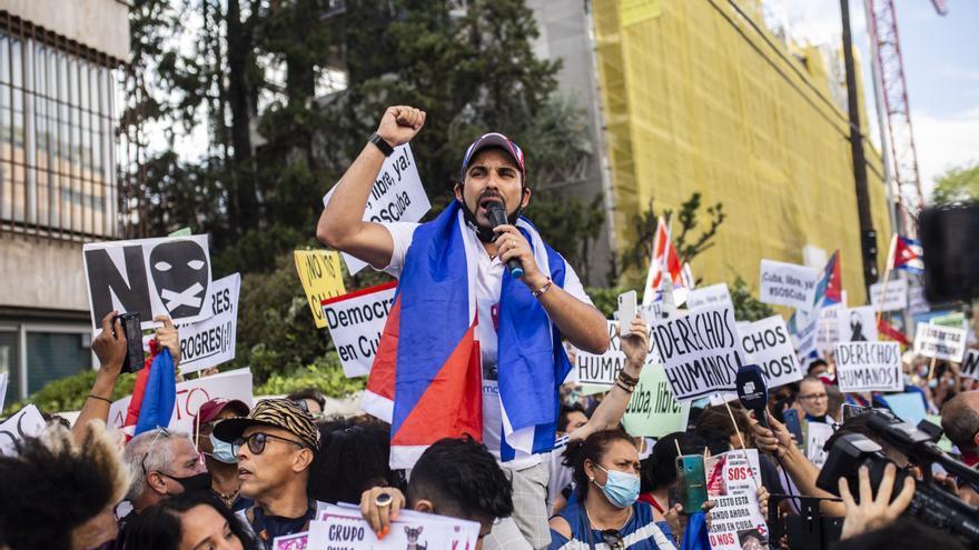 Varias personas se concentran ante la Embajada de Cuba en Madrid en contra del régimen comunista del Gobierno cubano, a 13 de julio