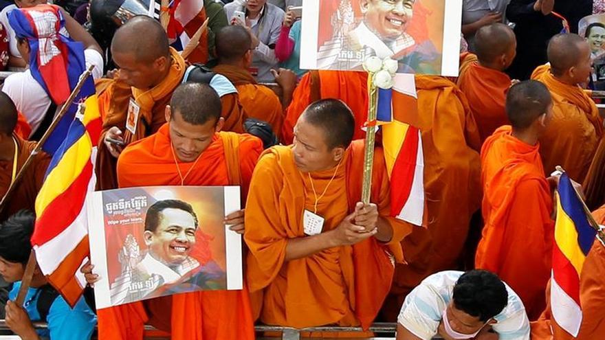 Despedida multitudinaria del analista político Kem Ley asesinado en Camboya