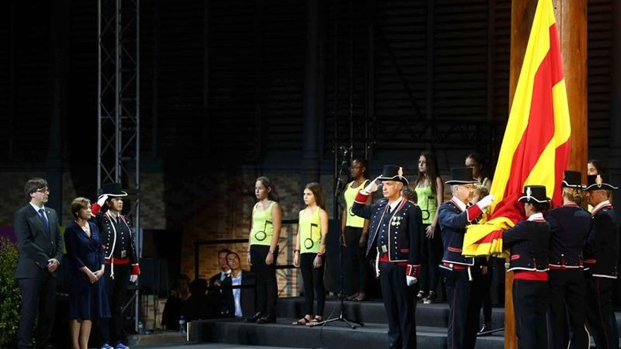 El Born homenajea a los emigrantes en un acto de Diada alterado por la lluvia