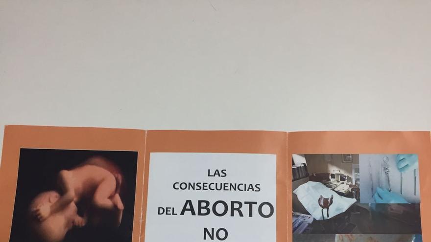 Uno de los folletos que se reparten los sábados en la clínica El Bosque de Madrid