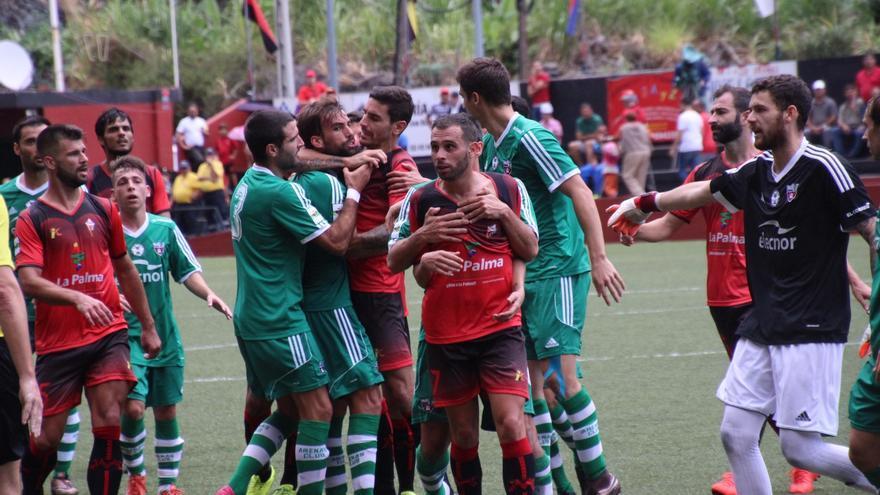 En la imagen, un momento de tensión entre los dos equipos. Foto: JOSÉ AYUT.