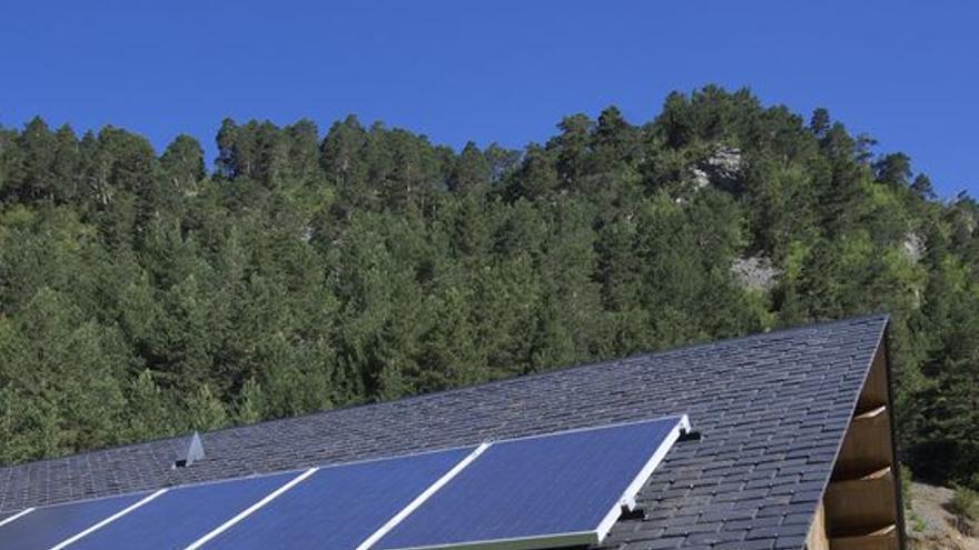 Placas solares en una casa rural de Huesca. FOTO: Pedro Antonio Salaverría Calahorra/123rf