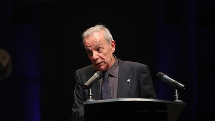 El actor, director y académico José Luis Gómez, que en abril cumplirá 80 años, durante la gala de homenaje recibida esta noche en el Teatro de la Abadía con motivo del 25 aniversario de la sala madrileña, que él fundó.