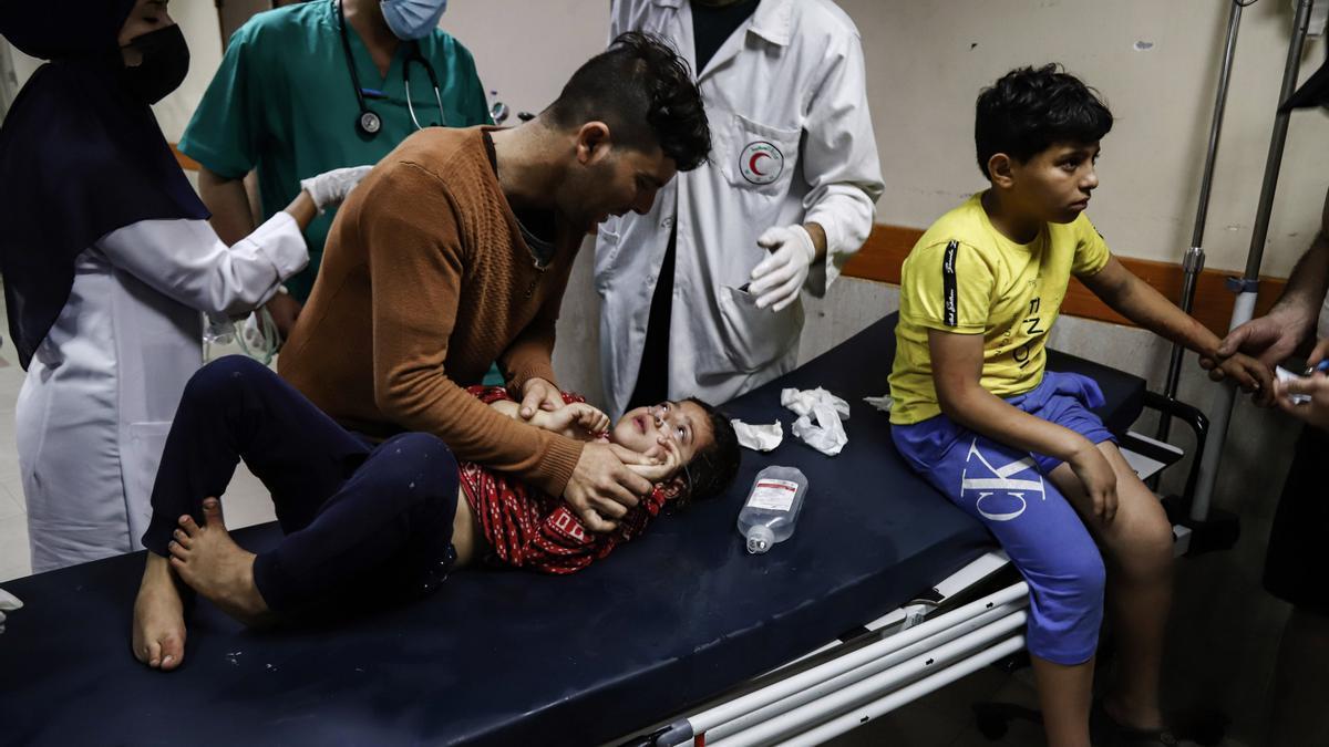 Niños palestinos heridos reciben atención médica en el hospital Al-Shifa (Gaza) tras un ataque aéreo israelí.