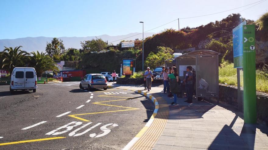Usuarios de TITSA esperan para enlazar con nuevas rutas en la rotonda del Castillo, en el municipio de Los Realejos