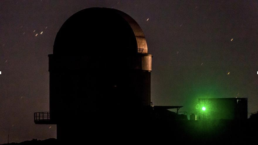 Una fuente de fotones enredados envía partículas ligeras a las estaciones receptores desde un laboratorio físico cuántico móvil en La Palma por la noche. La medición de los fotones entrelazados fue controlada por la luz de cuásares distantes que fue capturada por el Telescopio William Herschel y el Telescopio Nazionale Galileo.