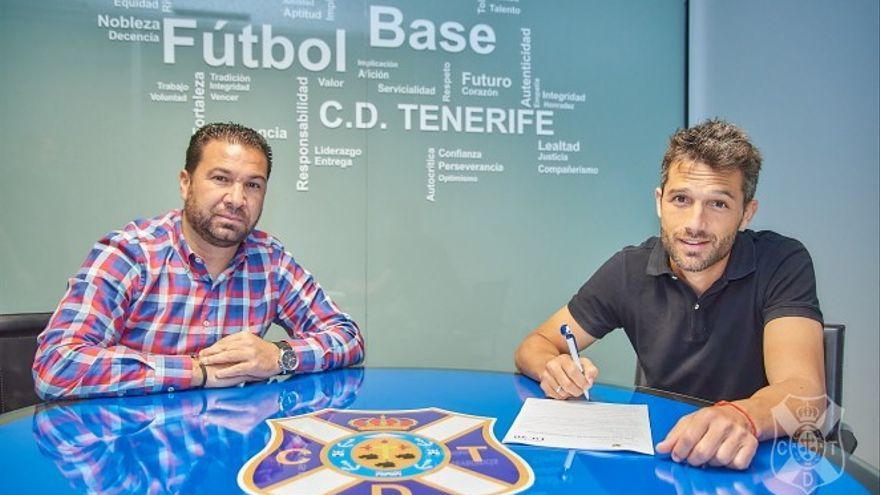 Juan Carlos Cordero y Aitor Sanz en el momento de la firma.