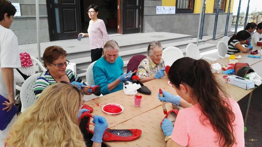 La campaña mundial 'Zapatos rojos' contra la violencia de género, en La Palma, ha comenzado en el municipio de Tijarafe.