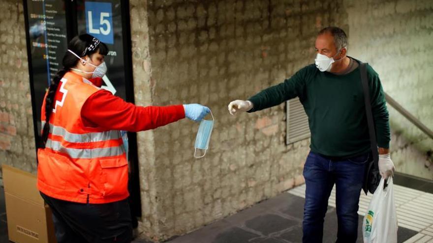 La Cruz Roja reparte mascarillas en Catalunya en unas estaciones ...