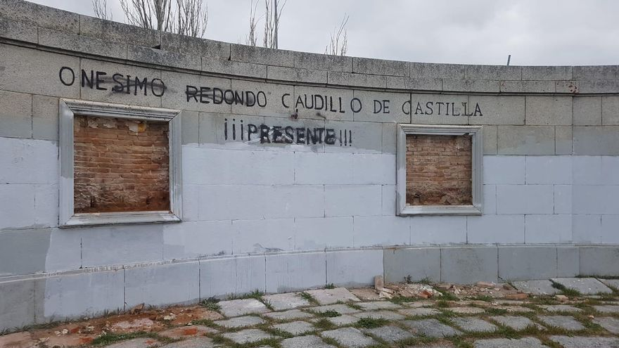 El monumento a Onésimo Redondo sin los cuadros con el símbolo de la Falange.