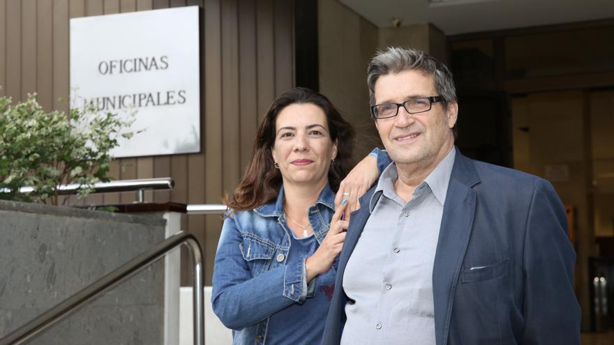 Mary Carmen Martin y Javier Doreste a las puertas del Ayuntamiento de Las Palmas de Gran Canaria.