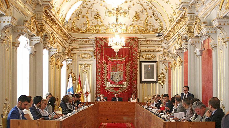Los concejales de Las Palmas de Gran Canaria durante una de las votaciones en el primer pleno municipal con el nuevo alcalde, Augusto Hidalgo, que se ha celebrado este viernes en Las Palmas. (ALEJANDRO RAMOS)