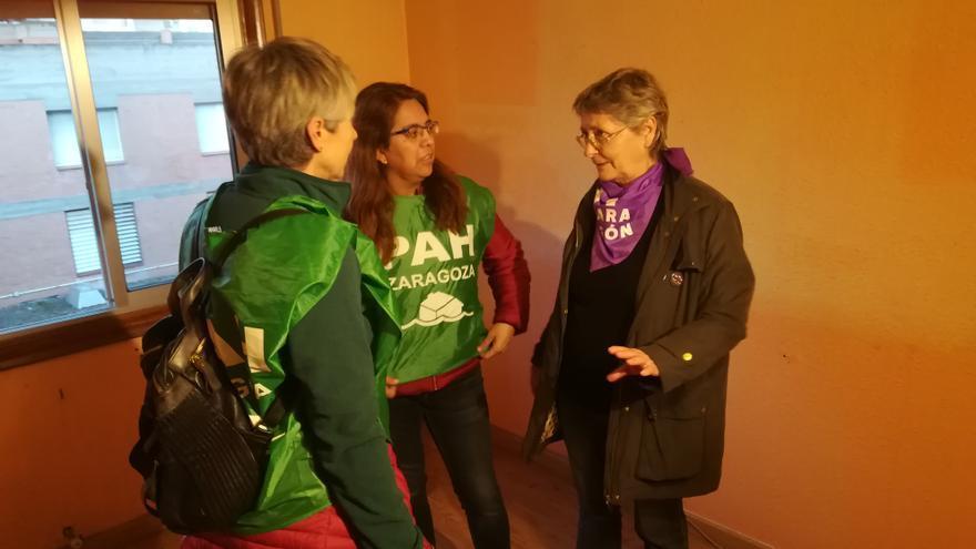 Rosa, en el centro (a primera hora de la mañana) junto a una representante de la PAH y otra del movimiento 8M Zaragoza