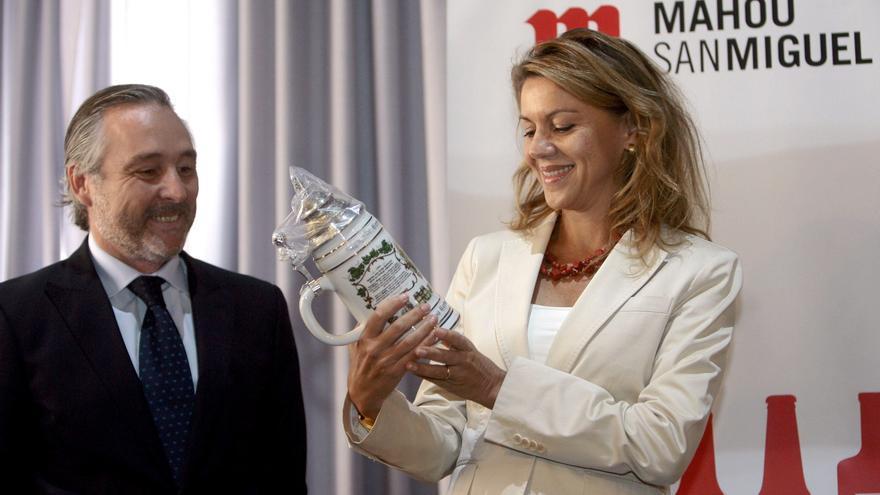 Javier López del Hierro y Dolores de Cospedal, en una visita de la entonces presidenta de Castila-La Mancha a la planta de Mahou en Alovera (Guadalajara).