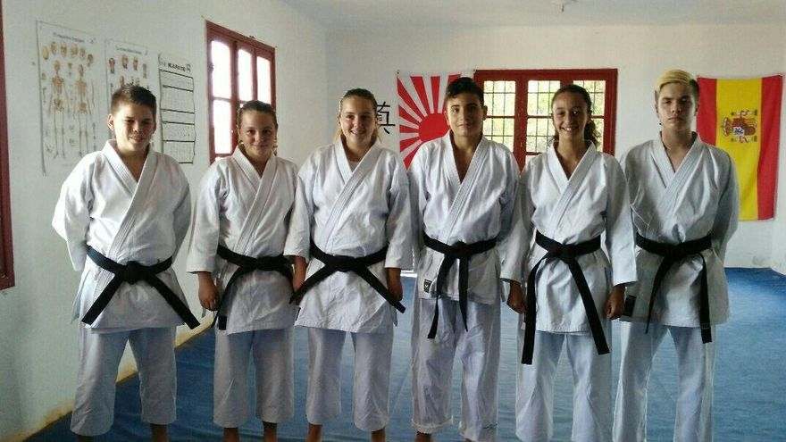 Los tres alumnos y las tres alumnas del Club Nikiomo que obtuvieron el pasado 30 de agosto el cinturón negro de karate.
