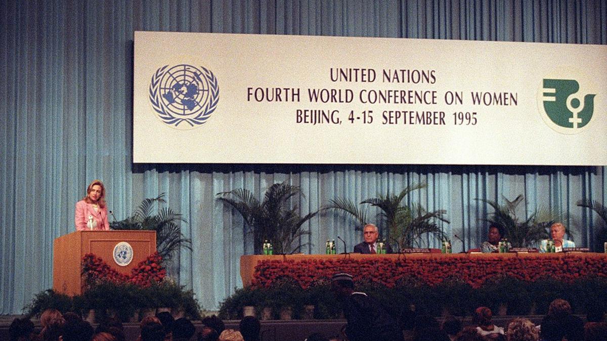 Hillary Clinton, entonces primera dama de EE.UU., dando un discurso durante la Conferencia en 1995.