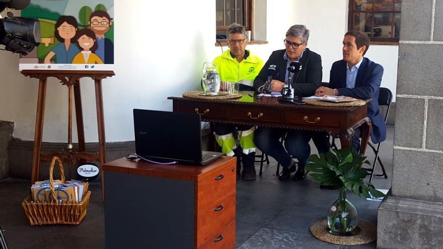 De izquierda a derecha el funcionario responsable del servicio municipal de aguas, la alcaldesa y el concejal de Aguas del Ayuntamiento de Los Llanos de Aridane durante la presentación de la campaña.
