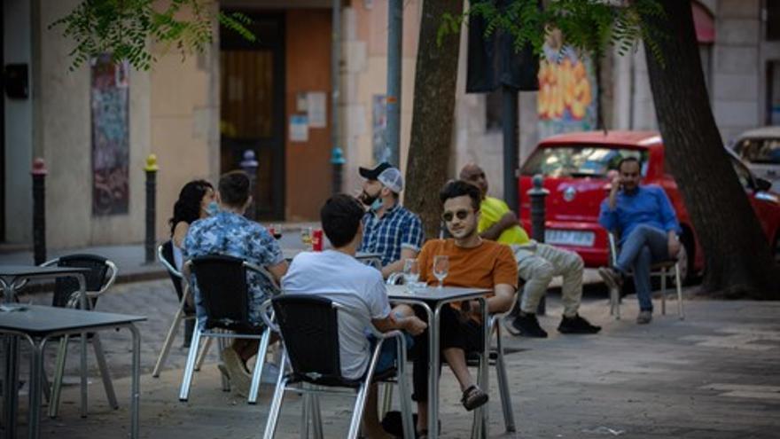 Varias personas disfrutan en la terraza de un bar durante el segundo día de la reapertura al público de las terrazas al aire libre de los establecimientos de hostelería y restauración en Barcelona.