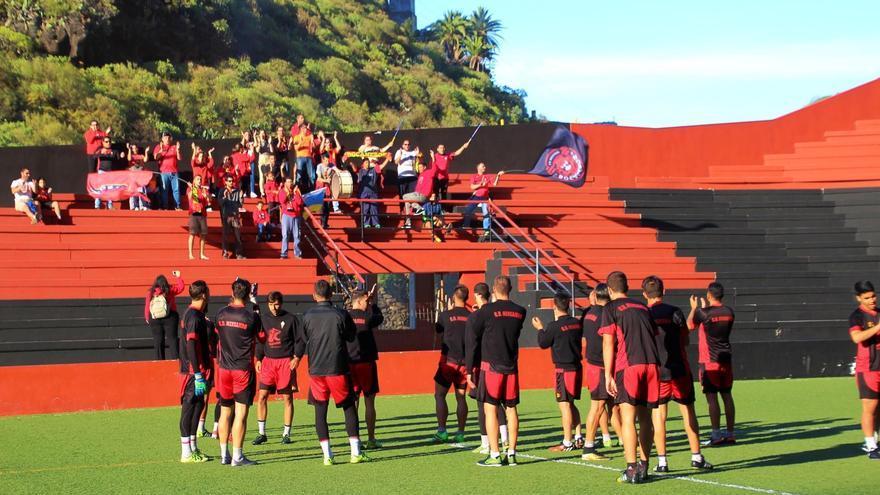 Los jugadores del CD Mensajero agradecieron el gesto al grupo de aficionados de la peña La Bocana. Foto: JOSÉ AYUT.