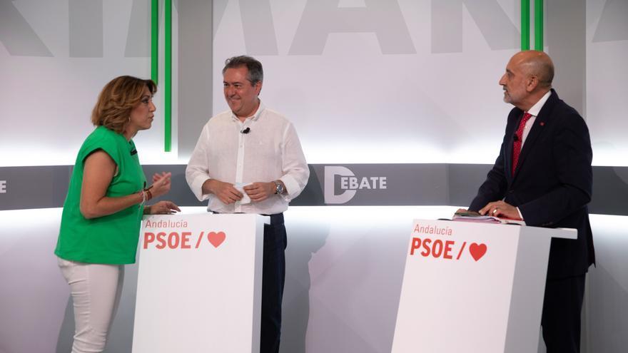 Susana Díaz (i), Juan Espadas (c) y Luis Ángel Hierro (d) posan antes del debate entre los tres candidatos de las primarias del PSOE-A a 08 de junio del 2021 en Sevilla, Andalucía (Foto de archivo).