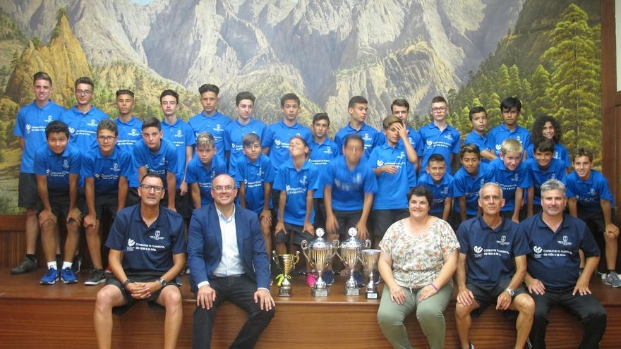 El presidente del Cabildo de La Palma, Anselmo Pestana, y la consejera de Deportes, Ascensión Rodríguez, con los jugadores y equipo técnico de las selecciones alevín e infantil de fútbol de La Palma.