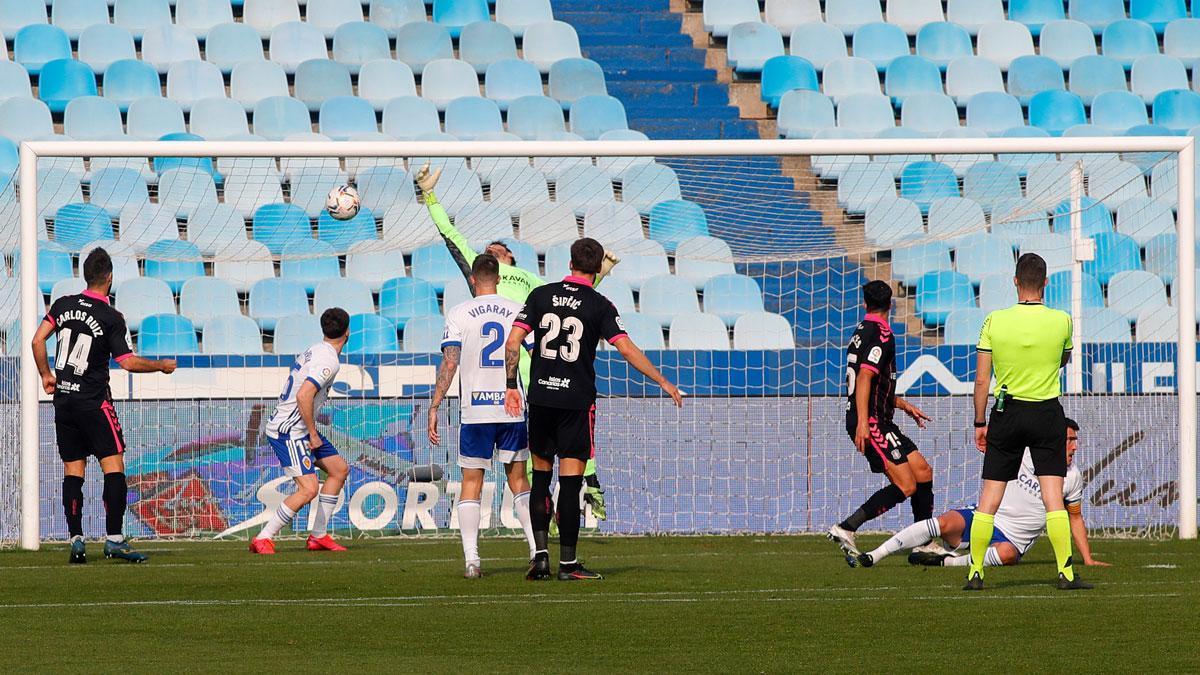 Cristian Álvarez, batido por Pomares, antes de que Moreno Aragón anule la jugada
