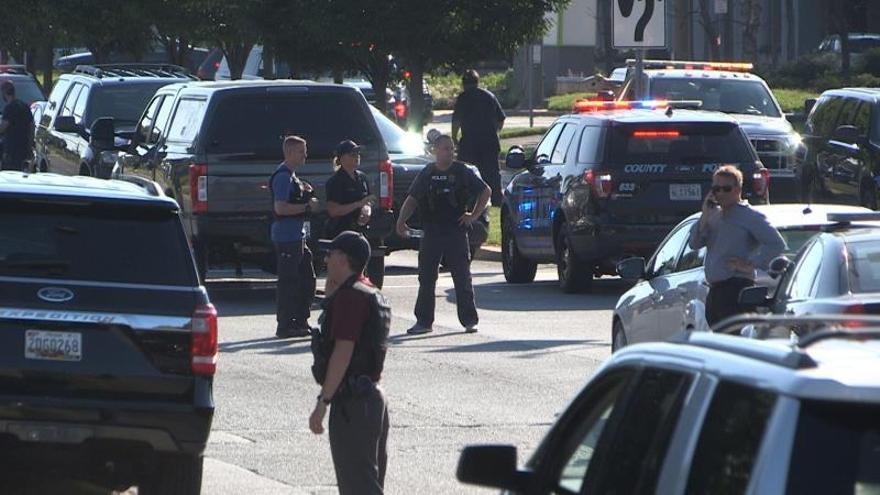 Confirman dos muertes en tiroteo en base naval en Florida, incluido el autor