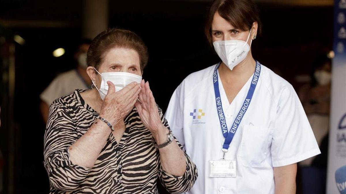 Doria Ramos González (i), primera persona en Canarias en recibir la vacuna contra la Covid-19, que se la ha suministrado la enfermera Vanesa Castilla Martín (d) en el Hospital Nuestra Señora de los Dolores de Santa Cruz de Tenerife. EFE/Ramón de la Rocha