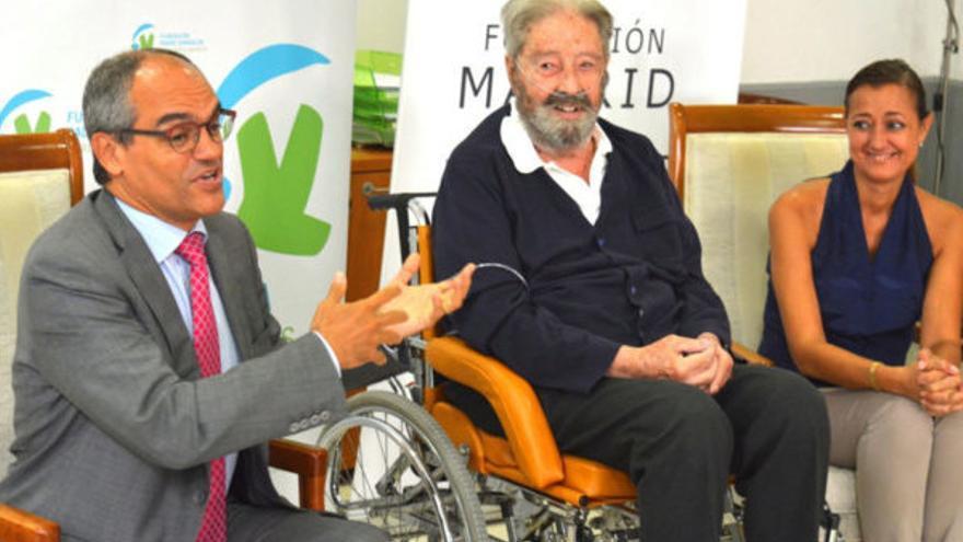 El Padre Garralda, en el centro, y a la derecha, María Dolores Navarro