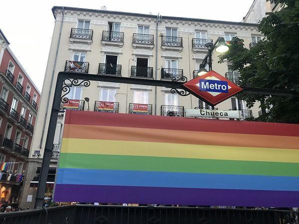 Bandera LGTB en el Metro de Chueca
