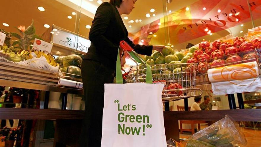 Imagen de una mujer comprando en un supermercado