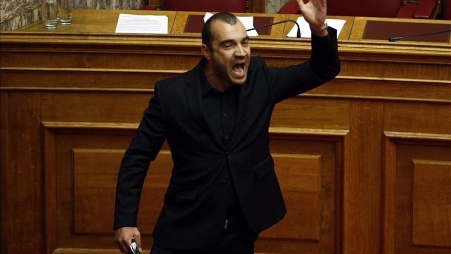 Diputados neonazis griegos expulsados del parlamento al grito de heil Hitler