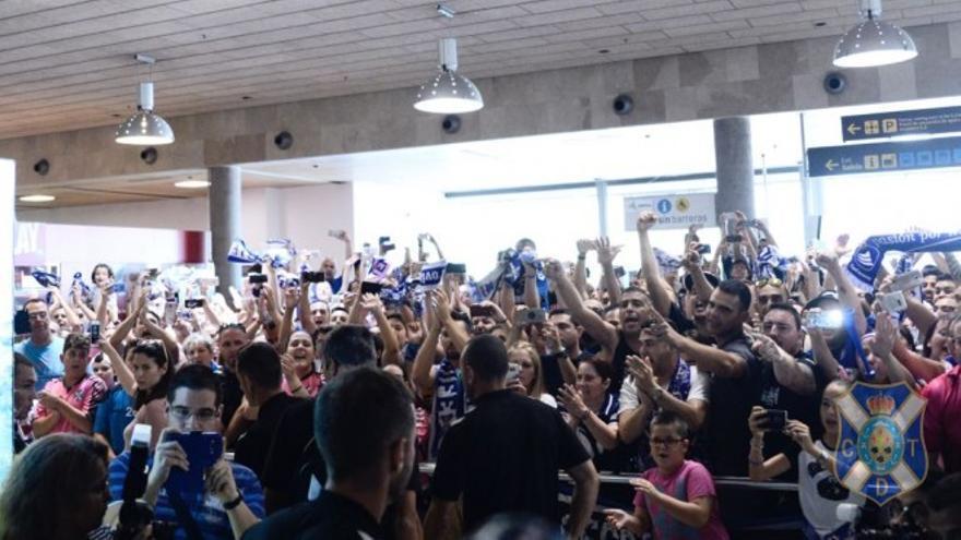 Cientos de aficionados reciben al Tenerife y arropan a su equipo tras la derrota