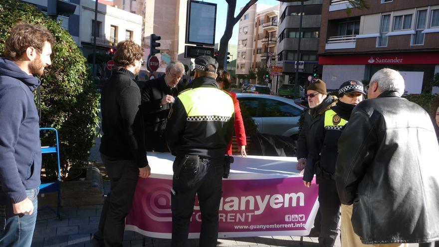 La policía identifica a los miembros de Guanyem Torrent y les obliga a desmontar el puesto informativo
