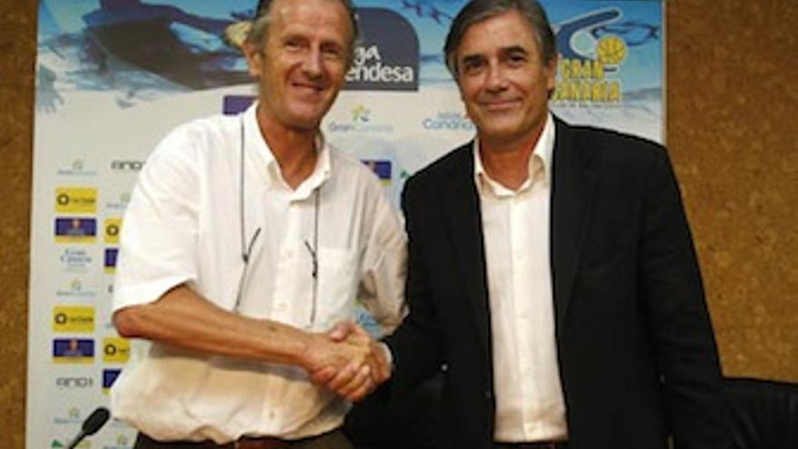 Berdi Pérez y Joaquín Costa se dan la mano durante la presentación del nuevo director deportivo. (cbgrancanaria.net)