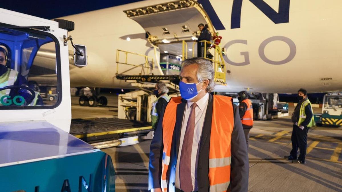 El Presidente recibió en Ezeiza el cargamento proveniente de Estados Unidos