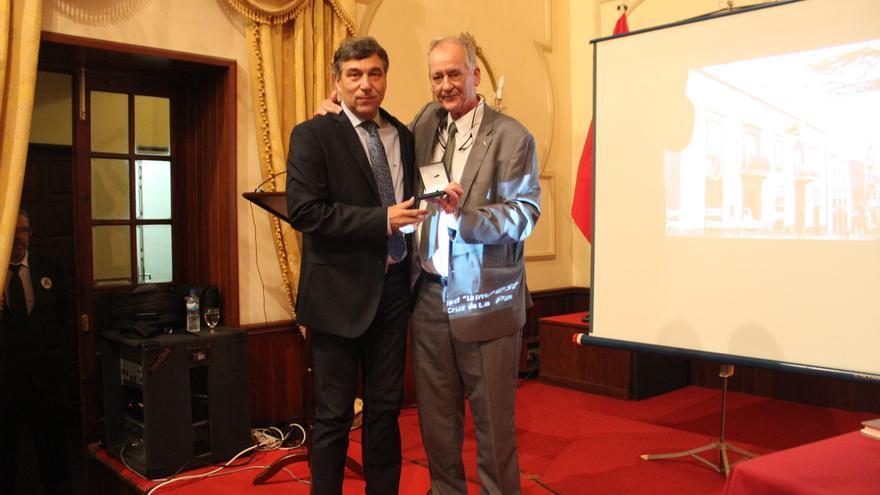 Antonio Fernández (i) recibió el título de manos de Fernardo Lepold. Foto: JOSÉ AYUT.