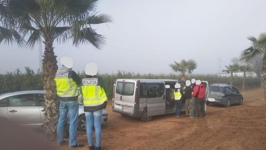 La Policía Nacional detiene a dos empresarios de la fresa en Palos por tener supuestamente a trabajadores de manera irregular.