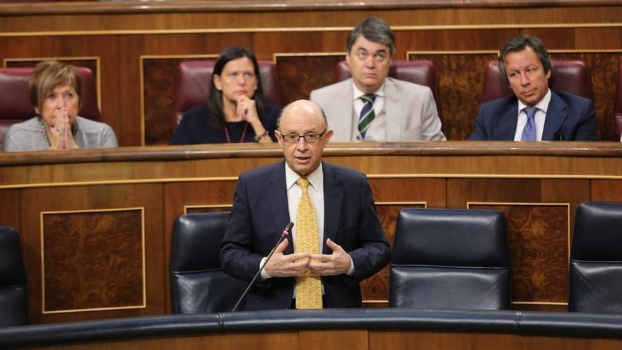 """PDeCAT dice a Montoro que le juzgará la historia por intervenir Cataluña y el ministro replica: """"Es la ley que apoyaron"""""""