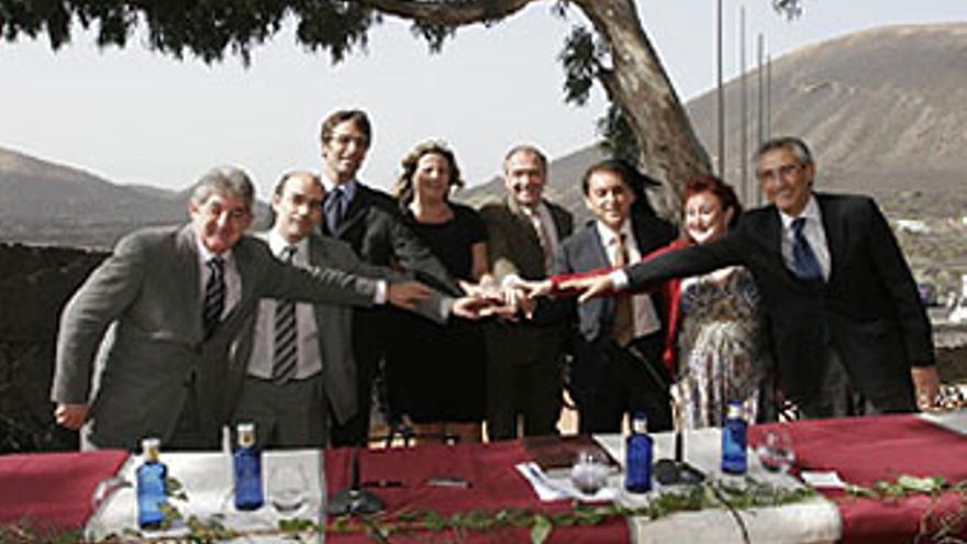 Empresarios y consejeros de Turismo escenifican el acuerdo, est viernes en Lanzarote. (IMAGEN CEDIDA POR EL CABILDO DE LANZAROTE)