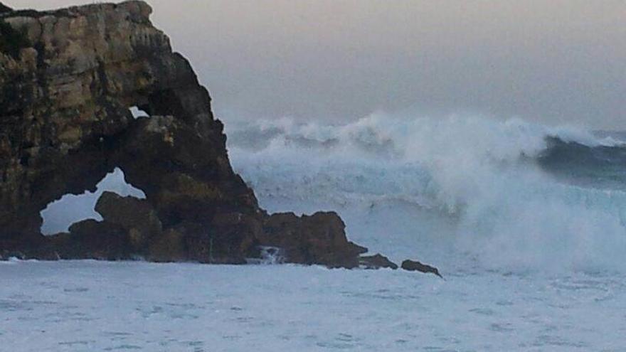 El viento roza los 100 km/h y las olas superan los 10 metros en Cantabria