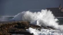 Se suspende por mar y aire la búsqueda de una joven arrastrada por una ola en A Coruña